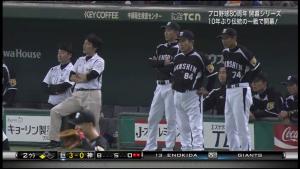 西岡剛を見守る阪神ベンチ