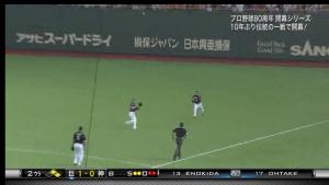 阪神西岡打球を追う