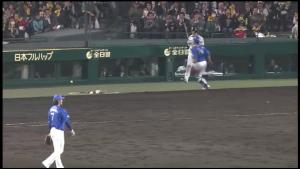 長田暴投 フェンスにボール