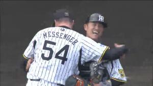 メッセンジャーと鶴岡が抱き合う