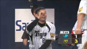 2点リードで喜ぶ岩田稔