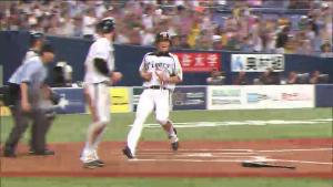 落球で新井良太がホームイン