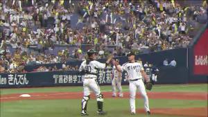 オスンファン 鶴岡 勝利のハイタッチ