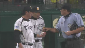 和田監督 オスンファンに交代を告げる