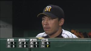他球場の経過を見る伊藤隼太