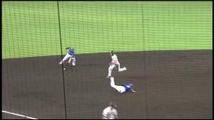 坂の打球を処理する横浜ショート