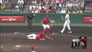 広島の投手 甲子園でこける