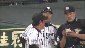 投手交代を告げる和田監督 2014CS